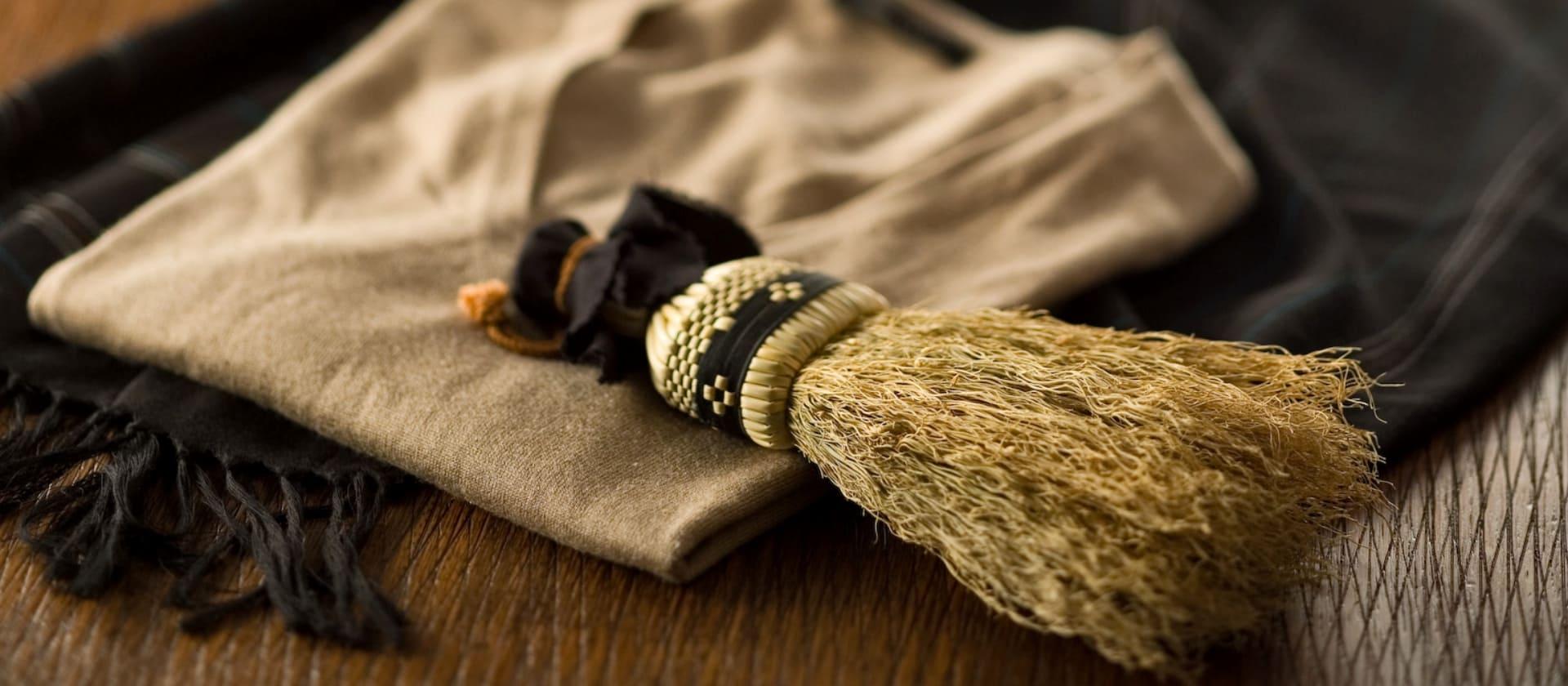 高倉工芸の人気商品、セーターやジャケットの生地を滑らかにしてくれる和洋服箒のご紹介。